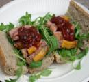 Rucola met Italiaanse tonijnsalade op een stokbroodje